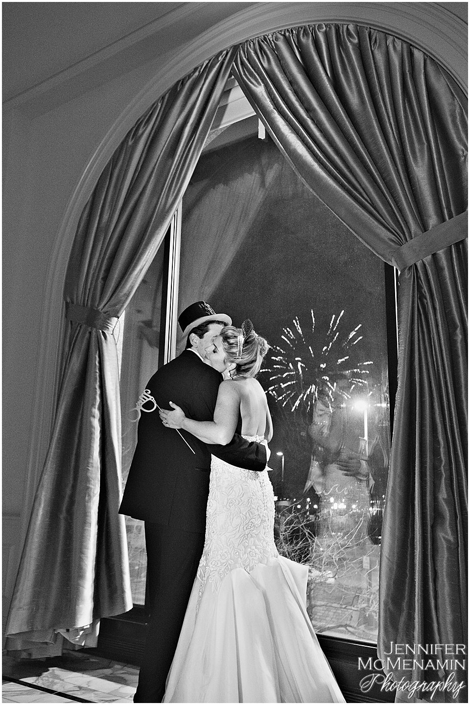 030-JohnsonBollinger_02924bw_Jennifer-McMenamin-Photography-Royal-Sonesta-Harbor-Court-wedding